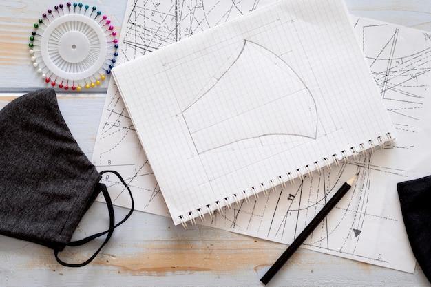 Bovenaanzicht van notebook met gezichtsmasker ontwerp