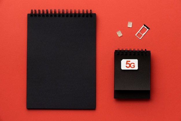 Bovenaanzicht van notebooks met simkaart
