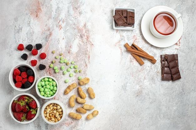 Bovenaanzicht van noten en snoepjes met aardbeien op witte ondergrond