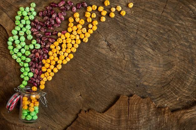 Bovenaanzicht van noten geglazuurd met suiker en rauwe rode bonen verspreid