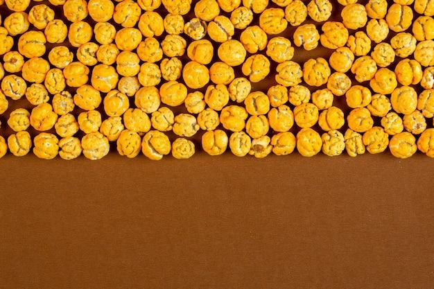 Bovenaanzicht van noten geglazuurd met suiker met kopie ruimte op bruin