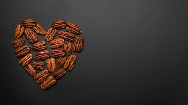 Bovenaanzicht van noten in hartvorm met kopie ruimte