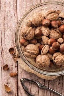 Bovenaanzicht van noten in kom