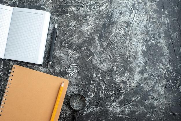 Bovenaanzicht van notitieboekjes en pennen