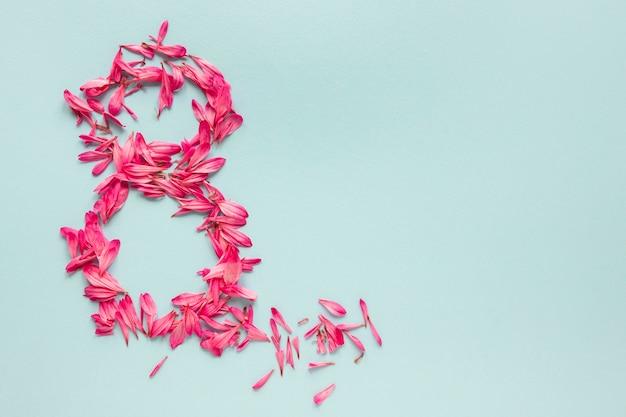Bovenaanzicht van nummer gemaakt van bloemblaadjes voor vrouwendag