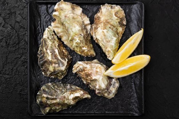 Bovenaanzicht van oesters met plakjes citroen