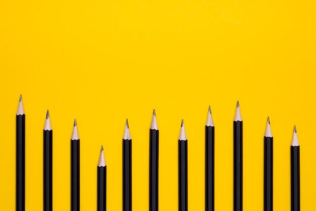 Bovenaanzicht van office potloden met kopie ruimte
