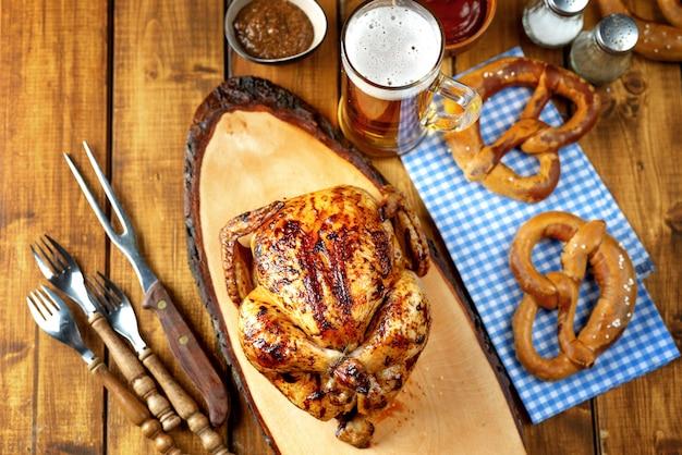 Bovenaanzicht van oktoberfest-achtergrond met traditioneel beiers voedsel