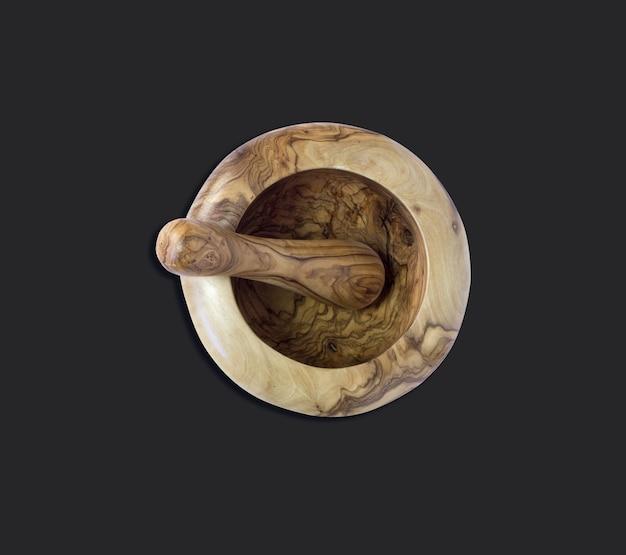 Bovenaanzicht van olijf houten vijzel en stamper op zwart