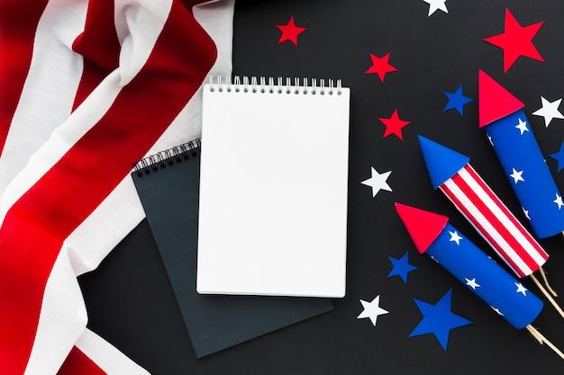Bovenaanzicht van onafhankelijkheidsdag vuurwerk met sterren en notebooks