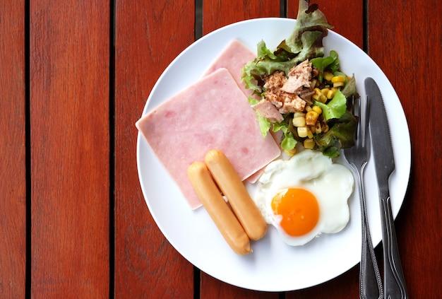 Bovenaanzicht van ontbijt ingesteld op houten tafel