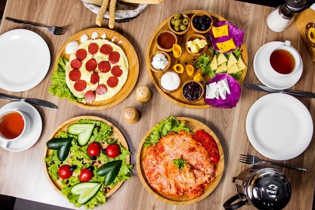 Bovenaanzicht van ontbijt opstelling met eiergerechten bijgerecht schotel en groente schotel