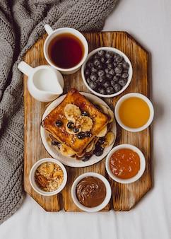 Bovenaanzicht van ontbijt toast met bosbessen en banaan