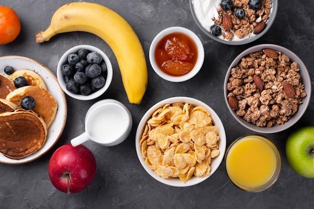 Bovenaanzicht van ontbijtgranen en pannenkoeken voor het ontbijt