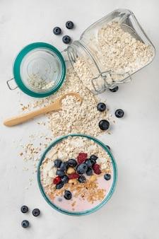 Bovenaanzicht van ontbijtgranen in kom, pot en fruit