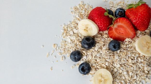 Bovenaanzicht van ontbijtgranen met fruit en kopie ruimte