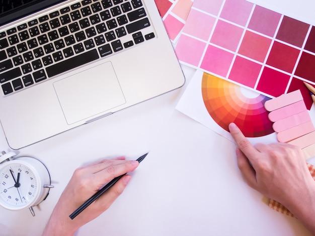 Bovenaanzicht van ontwerpinhoud met laptop.