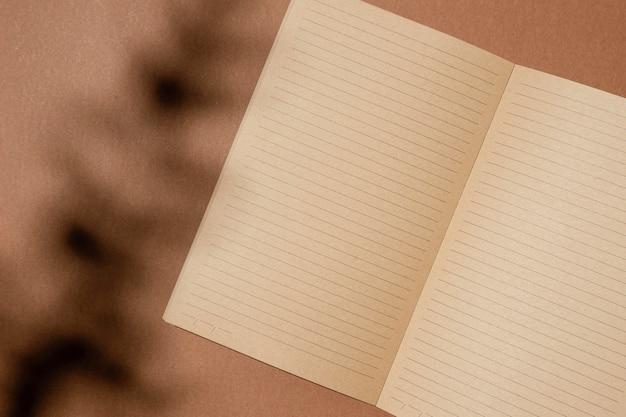 Bovenaanzicht van open bruin papieren notitieblok
