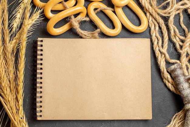 Bovenaanzicht van open notitieboekje en verschillende voedingsmiddelen
