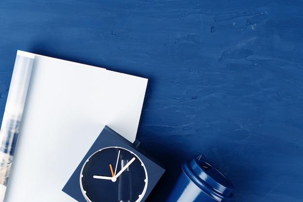 Bovenaanzicht van open tijdschriftpagina met kopie ruimte op klassieke blauwe achtergrond