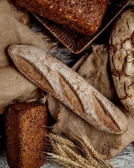 Bovenaanzicht van organische volkoren stokbrood