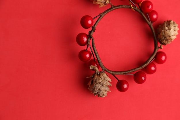 Bovenaanzicht van ornament dat wordt gebruikt om op kerstbomen te hangen gemaakt van eikels en kersen