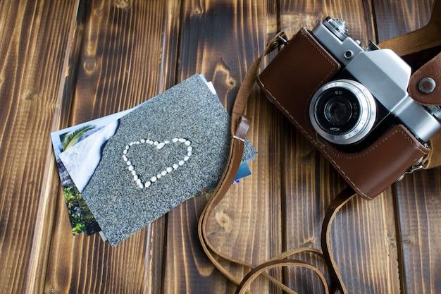 Bovenaanzicht van oude camera en foto's