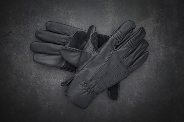Bovenaanzicht van paar nieuwe zwarte lederen motorhandschoenen