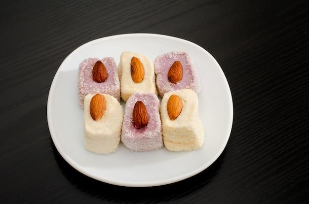 Bovenaanzicht van paars en wit turks fruit met amandelen