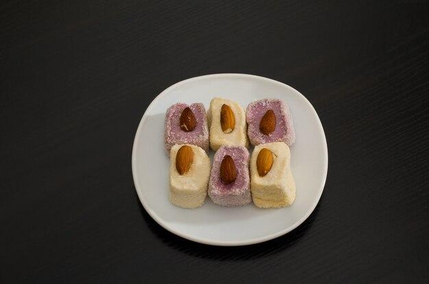 Bovenaanzicht van paars en wit turks fruit met zwarte amandelen