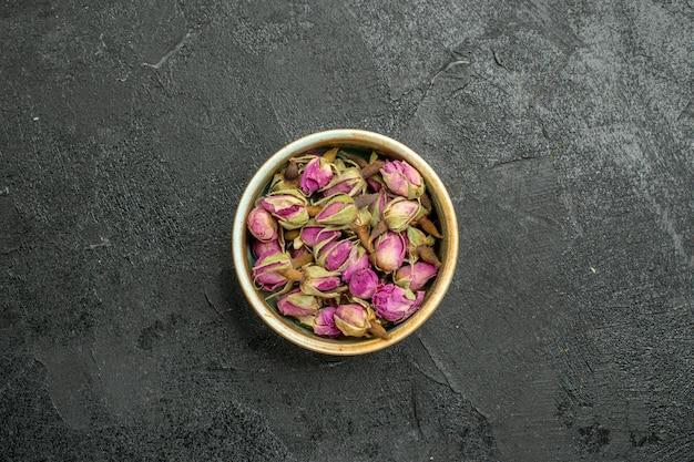 Bovenaanzicht van paarse bloemen in pot op zwart