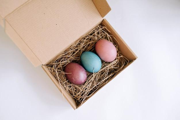 Bovenaanzicht van paaseieren in een kartonnen doos