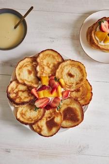 Bovenaanzicht van pannenkoeken met fruit in het midden