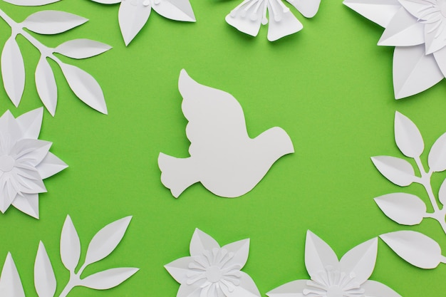 Bovenaanzicht van papier bladeren en duif