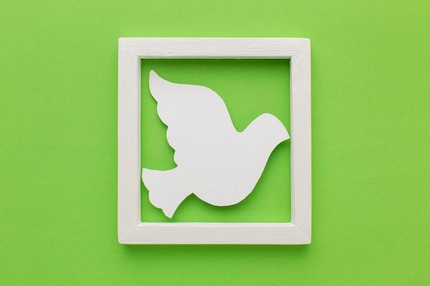 Bovenaanzicht van papier duif in frame