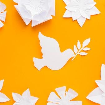 Bovenaanzicht van papier duif met bloemen