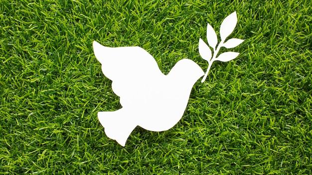 Bovenaanzicht van papier duif op gras