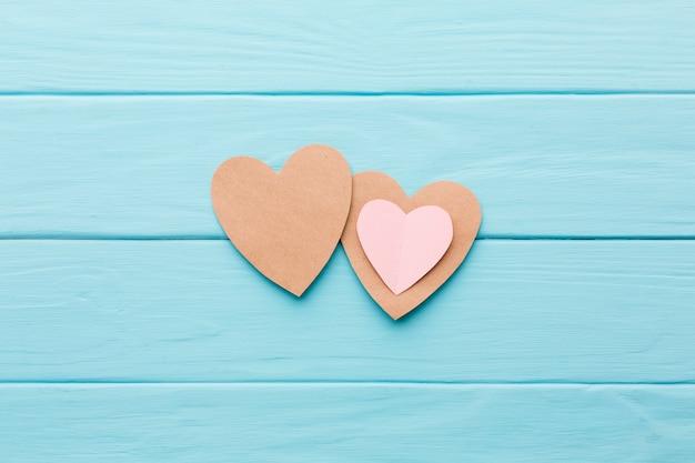 Bovenaanzicht van papier harten voor valentijnsdag