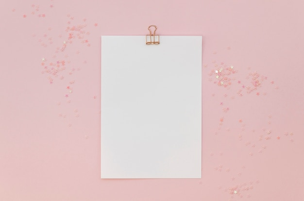 Bovenaanzicht van papier met glitters en clip