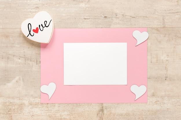 Bovenaanzicht van papier met harten voor valentines