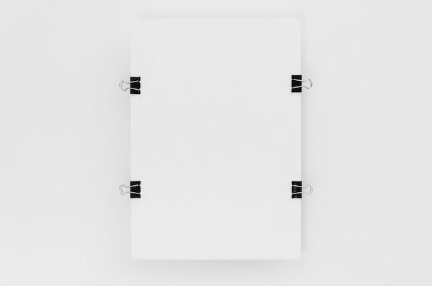 Bovenaanzicht van papier met metalen clips aan de zijkanten