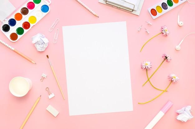 Bovenaanzicht van papier met potloden en palet