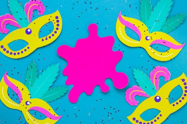 Bovenaanzicht van papier uitgesneden met carnaval maskers en glitter