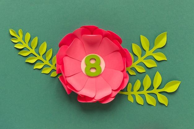Bovenaanzicht van papieren bloemen met datum voor vrouwendag