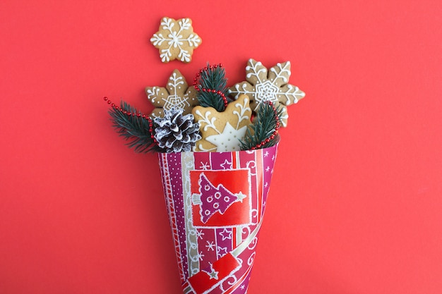Bovenaanzicht van papieren cadeauzakje met kerstkoekjes