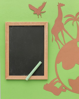 Bovenaanzicht van papieren dieren met globe en schoolbord voor dierendag