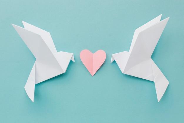 Bovenaanzicht van papieren duiven met hart