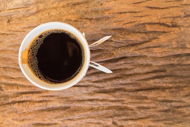 Bovenaanzicht van papieren kopje koffie op houten tafel