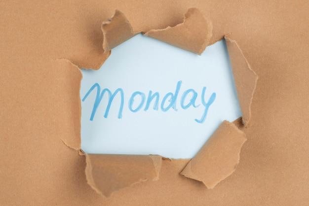 Bovenaanzicht van papieren scheur met maandag
