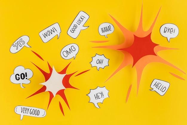 Bovenaanzicht van papiervorm en praatjebellen voor communicatie